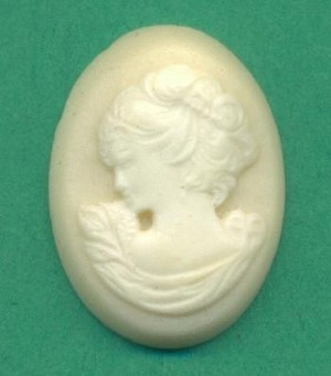 18x13mm Off White Cameo-Left